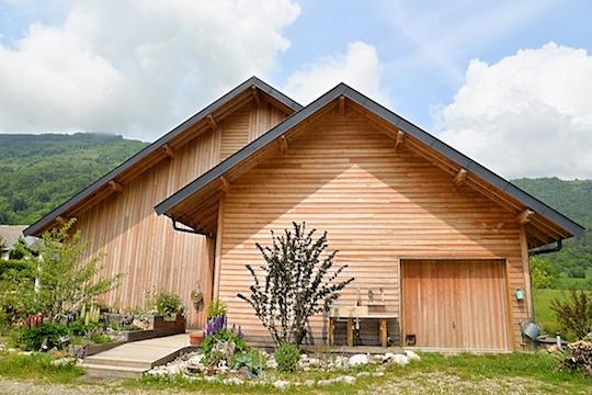 Dun point de vue technique la maison est de conception bioclimatique comprenant le serre lutilisation des panneaux solaires thermiques et photovoltaïques